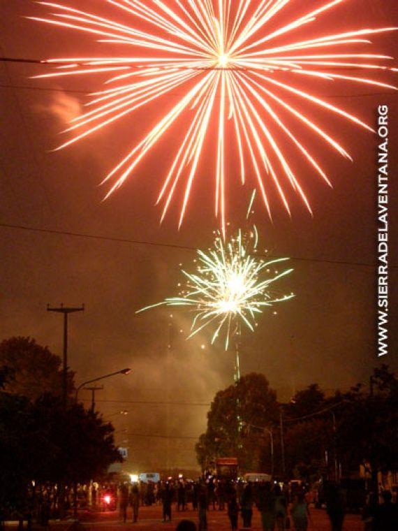 Un espectáculo de fuegos artificiales deslumbro a 10 000 personas en la noche de Sierra de la Ventana